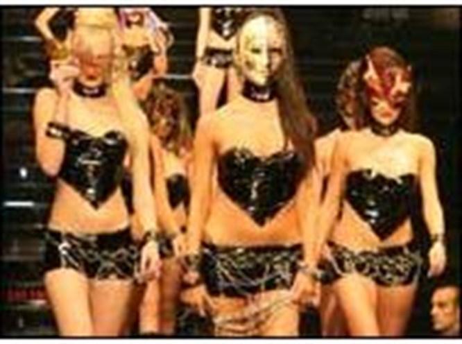 Maskeli kızlar hayran bıraktı